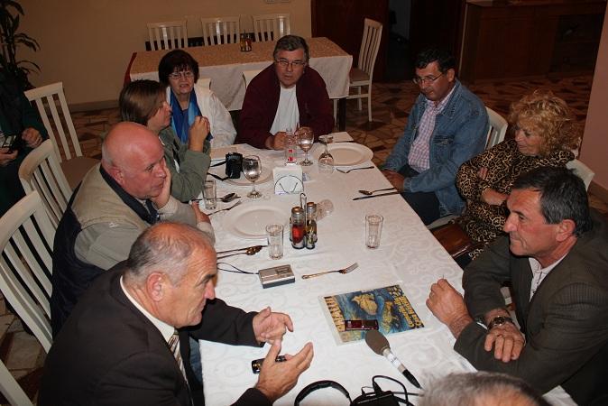 Discuţii împreună cu patronul hotelului Enkelana din Pogradec