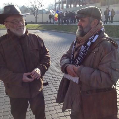 Ion Mureșan, poetul (stînga), alături de prietenul său Ilarion Voinea, sculptorul