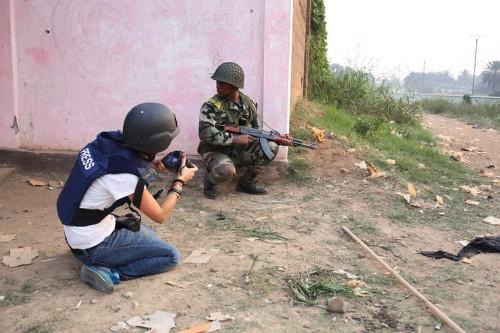 Andreea Cîmpeanu, o jurnalistă curajoasă angajată de Reuters să trimită fotografii din plin război civil. Foto: Camille Lep
