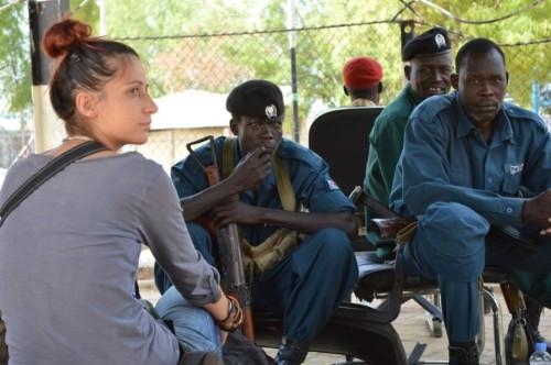 Andreea, alături de soldați, în curtea Guvernului