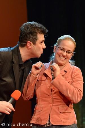 Acesta e momentul in care o spectatoare a coborit pe scena iar Dragos a incercat sa o invete cum e cu ....pupatul Foto. Nicu Cherciu