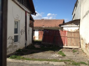Ăsta e colțul din Sinuța care pare să nu se fi schimbat deloc. Arată chiar un pic mai rău decît atunci...