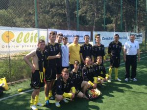 Echipa Liceului Alexandru Borza, impreuna cu Csaba Girsik (in galben)