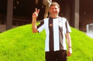 Ovidiu Maier, în fața statuii lui Mircea Luca.  Foto: stiridesport.ro