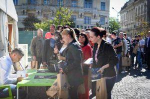 Coada la carte, cu Florin Bercean și Ciprian Porumb printre cei care așteptau un autograf din partea lui Alin.  Foto: Tiberiu Matei