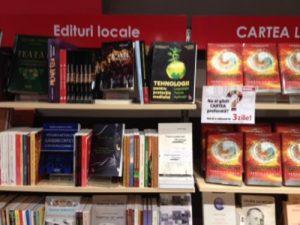 Pe raftul de sus e cartea lui Alin, pe cel din mijloc sînt Supercampionii Clujului.