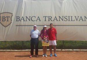 Cristina Florea, de la TC Sun Alba Iulia, cîștigătoare la 14 ani, alături de Elek Benedek (stînga) și Adrian Szabo (dreapta)
