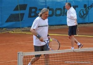 Ilie Năstase și președintele Băncii Transilvania, Horia Ciorcilă, au format echipă la meciul demonstrativ de la Winners.  Foto, prin amabilitatea Transilvania Reporter, Dan Bodea.
