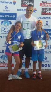 Briana Szabo și Dragoș Litan, proaspeții campioni ai Super Tenis 10, însoțiți de către Adrian Szabo.