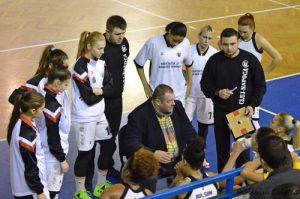 Dragan Petricevic, în centrul imaginii, dînd indicații la meciul cu Danzio Timișoara. Foto, prin amabilitatea lui Silviu Cristea
