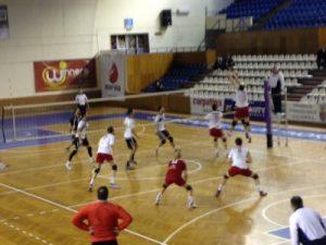 Faza din meciul cu Dinamo, din etapa a opta (echipa U in partea stîngă a fileului)