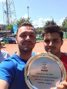 Dragoș Dima (dreapta), cu trofeul cîștigat