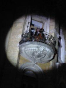 Nu se prea vede, poza e făcută de fotograful nostru, dar acolo e Sandu Mînzat, în balcon, cu muzici măiastre...