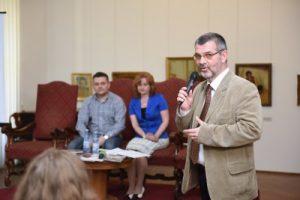 Karen Sebesi, vorbind despre lumea armenilor, flori și dulciuri. Foto: www.directmultimedia.ro