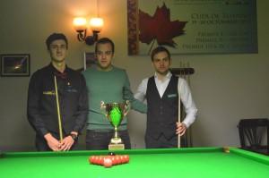 Managerul Snooker Club Cluj, Doru Abrunda, premiind cei doi finaliști: Lorin Druță (stînga) și Claudiu Ilea (dreapta).