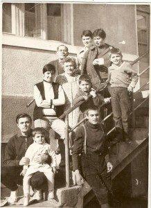 Peter, in brațele tatălui său, în subsolul fotografiei.