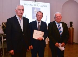 Prof.dr. Nicolae Hâncu primind diploma de excelență din partea a fundației conduse de către prof.univ. Oliviu Pascu (stînga) și prof.univ. Marius Bojiță (dreapta).