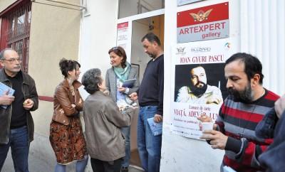 Aici sora lui Gyuri vrea să mă ducă în ispită, cu cozonacul...În fotografie mai apar, de la stînga: fratele lui Teo Peter, nepoata lui Gyuri și Andreea Radu, proprietara galerie de artă