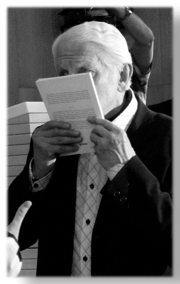 Remus Cîmpeanu sărută cartea Șepcile Roșii.  Foto: Eugen Olariu