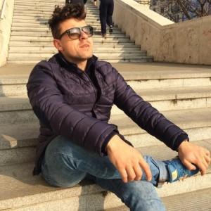 Alex Rohoznianu, un om pe niște scări.