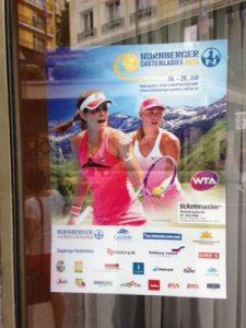 În vitrinele magazinelor din Bad Gastein afisul cu turneul e foarte prezent