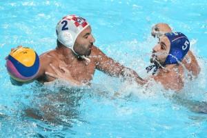 Croatul Damir Buric, (stînga ) și sîrbul Milos Cuk, duel pentru minge în finala campionaului mondial de la Kazan. 8 august 2015. (AP Photo/Denis Tyrin)